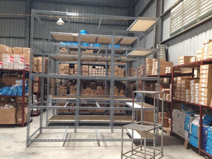 lắp đặt kệ kho chứa hàng linh kiện điện tử tại công ty